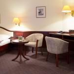 Mit 2 Sessel, Tisch und Schreibtisch