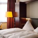 Neue Ablage mit Leselampen am Bett im Hotel Imperial Köln