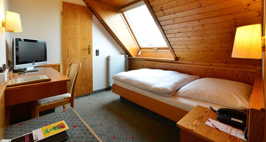 Einzelzimmer economy hotel imperial - Dachschrage holzverkleidung ...