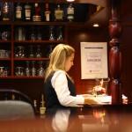 Konzentriertes Arbeiten - Mitarbeiterin an der Hotelbar