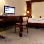 Doppelbett, Schreibtisch und Flat-TV